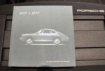 Porsche Photo Museum / [911×911]はポルシェミュージアムがポルシェ911の50周年を記念して編集したフォトブックで、1963年のフランクフルトモーターショーにおけるプロトタイプ「901」のデビューから最新型である「991」に至るポルシェ911シリーズの歴史が、ポルシェAGが所蔵する様々な写真と図面、貴重な広告などを使って約1000ページにわたり解説されています。