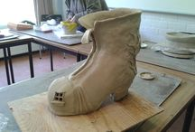Koen maak je mijn schoen? / Een schoen van keramiek waarin Koen zijn schoenwinkel heeft. Hij woont er ook en de dame zonder schoen krijgt haar schoen niet mee...
