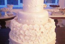 Camadas de Flores Brancas e Pérolas / Um encanto de detalhes no Bolo de Casamento da Ana Barros Bolos