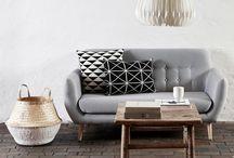 """Styl skandynawski / Scandinavian style / Skandynawski styl to wszechobecna biel, surowość, wyrazistość i ogrom światła. Styl ten kojarzony jest z naturalnymi materiałami - len, owcza wełna, """"surowe"""" drewno. Jego wyjątkowość powstaje z połączenia prostoty i lekkości. Za sprawą stylowych dodatków (poduchy, ceramika, świece, pledy) wnętrza skandynawskie stają się ciepłe i przytulne."""