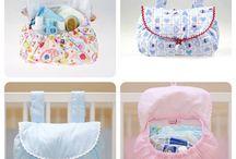 Arrumação Bebé / Bolsas, sacos, malas, dispensadores de fraldas e tudo o que ajuda a arrumar o quarto ou a saída em passeio do bebé.