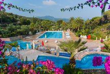 Elba, Rosselba Le Palme / Glamping in Toscane op Elba. Tendi safaritenten met badkamer op deze Italiaanse terrassencamping met prachtige palmentuin en strand op loopafstand. Er is een heerlijk zwembad met apart kinderbad en een whirlpool. Voor de kinderen is er leuke animatie en een mooie speeltuin.