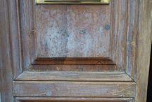 Restauro di un portone / Il restauro di un portone in legno dell'inizio '900 richiede la stessa cura e attenzione del legno di un'imbarcazione. La sua esposizione alle intemperie ed agenti atmosferici lo mette ogni giorno alla prova con sole, pioggia, caldo e freddo. Il legno va protetto e verniciato perché resista ai raggi UV, alle colpiture e all'usura di tutti i giorni.