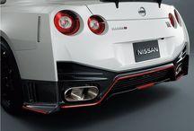 Nissan Gt R Nismo / El nuevo Nissan GT-R Nismo incorpora una motorización de gasolina de 3,8 litros, que se ha desarrollado con los conocimientos adquiridos por los ingenieros tras la participación en las 24 horas de Nürburgring. También se ha mejorado la aerodinámica, así como el control del tiempo de ignición para cada cilindro o la inyección.