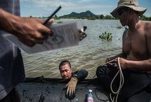 Nαρκαλιευτές που ρισκάρουν την ζωή τους στα απύθμενα ύδατα της Καμπότζης / Μια μικρή ομάδα ατόμων από την Καμπότζη, μερικοί εκ των οποίων έμαθαν πρόσφατα να κολυμπούν, βουτούν στα νερά της χώρας για να ανασύρουν τις νάρκες που βρίσκονται στο βυθό.