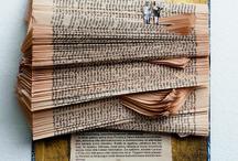"""Kirjareliefit / """"Vanhat kirjat ovat aina kiehtoneet minua.  Niiden tuoksu, lukemattomien lukukertojen hiomat kannet  ja ajan kellastamat sivut.  Surullisia ovat vanhat kirjat joita ei ole koskaan avattu."""""""