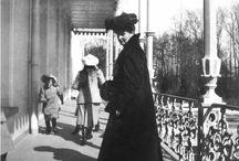 Sesión balcón imperial 1909 / La Emperatriz Alejandra con sus OTMAA en el balcón imperial, una tarde de juegos.