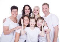 Familie fotoshoot / Gescheiden ouders...nieuwe broertjes of zusjes...nieuwe personen erbij in je leventje dat al zo onverhoopt ligt...voor veel mensen een hoop ellende...maar zo kan het OOK!! Mooie foto's samen met mijn moeder, mijn zusje, een bonusvader, een bonusbroertje en 2 bonuszusjes