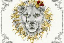 Sou de leão! / O signo de Leão representa a clareza, a firmeza, a nobreza e a vitalidade. Os leoninos são autoconfiantes, honestos, criativos, extrovertidos e conscientes de seus direitos.   Negativamente podem ser orgulhosos, presunçosos, inflexíveis e egocêntricos.  Os leoninos são afetuosos, generosos e gostam de demonstrar seus sentimentos. Têm grande necessidade de aprovação e são suscetíveis à lisonja. Precisam estar em evidência, gostam de ser o centro das atenções.