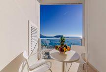 Superior One Bedroom Apartment with Terrace and Sea View / U sklopu apartmana se nalazi predivna moderna kuhinja sa uređajima najvećeg kvaliteta i potrebnim posuđem za spremanje ukusnog obroka, kao i mini bar raznolike ponude, luksuzni francuski ležaj, walk-in garderoba, kupatilo u potpunosti obloženo mermerom sa staklenom tuš kabinom, ugodna dnevna soba sa LED TV-om na kome možete pratiti sadržaje izabranih kanala kablovske televizije, kao i WiFi i IP telefon.