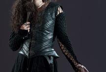 Bellatrix Lestrange / Evet, gençlik ben Bellatrix. Hani şu gereksiz kuzenim Sirius Black'i öldürdüm.  Ha ha ha! Sirius Black'i öldürdüm! Sirius Black'i öldürdüm!  Bulanıklar, muggle veya melezseniz panomdan derhal çıkın! Gelin safkanlarım, gelin!