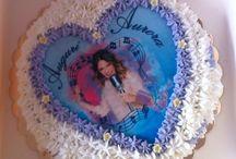 Torta compleanno / Torta compleanno fatta in casa : pan di Spagna farcito con crema pasticcera decorato da panna fresca montata  , e una cialda a tema e fiori di zucchero ..E poi .. Festa !