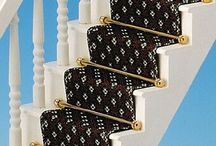 Laufgefühl vom Feinsten! / Echt gewebte Miniatur-Orientteppiche und Treppenläufer mit den Original-Mustern. Seit Jahrhunderten überlieferte Muster der schönsten Teppiche wurden präzise verkleinert und aus feinsten Garnen gewebt. Alle Teppiche, Läufer und Brücken haben nur eine Stärke von 0,5 mm und liegen deshalb besonders glatt und flach auf dem Boden. Die angegebenen Maße schliessen die echten Fransen mit ein.