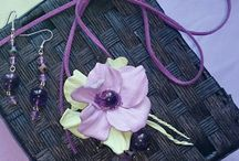Колье с натуральными камнями и цветами из кожи
