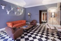 The Stately Lounge / The former salon where distinguished visitors were received has been converted into a lounge area with sofas and comfortable armchairs, ideal for relaxing, reading or chatting while enjoying a coffee or a glass of wine.