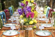 Almoço no Jardim! / Mesas montadas para servir um almoço no jardim de casa ou na varanda entre plantas e flores para receber amigos em um ambiente arejado e cheio de cor!