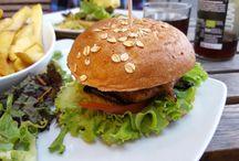 Vegane Restaurants - Tipps und Tests! / Wir gehen gerne Essen! Und möchten Euch schöne (oder auch interessante) vegane Restaurants, Cafés, Fastfood-Läden, Thais, Pizzerien, indische Restaurants, originelle Biergärten uvm. vorstellen.  Dabei zeigen wir nicht einfach nur Gemüse, Spaghetti mit Tomatensoße oder Eis, sondern auch rohvegane Spezialitäten, Burger, leckere Pizzen, Kuchen zum Schlemmern, Cocktails, Aufläufe, Sushi, Weihnachtskekse, bunte Nachtische, nachhaltige Getränke, ... und auch die vegane Currywurst darf nicht fehlen!