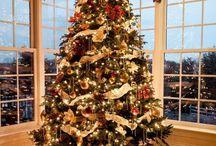 Décorer le sapin de Noël en guirlandes lumineuses