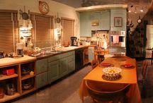Julia Child - Джулия Чайлд / В 1962 году Джулию пригласили выступить в передаче «Что мы читаем», где хотели обсудить её книгу. Но Джулия привезла с собой на студию электроплитку, сковороды и две дюжины яиц. И там, на глазах у изумлённой публики, продемонстрировала приготовление её знаменитого «L'Omelette Roulle». На студии поняли, что шанс упускать нельзя, и сделали первые несколько шоу с Джулией Чайлд о том, как готовить еду, на глазах у нескольких тысяч американцев.