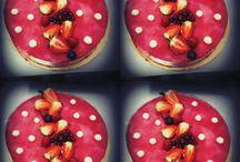 """Concours Photo avec Chloé. / Tentez de remporter des boîtes de jeu """"Les cupcakes de Chloé.S"""" ainsi que plein d'autres cadeaux en publiant une photo de fraise ! Pour jouer c'est par ici : http://bit.ly/ConcoursPhotos-Fraises"""
