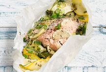 Lachs mit zucchini in backpapier