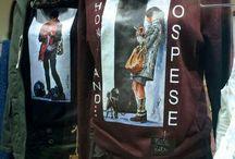 T-shirt e felpe personalizzate / Personalizzazione con stampe di opere Oscar Piovosi in vendita da Futuro Femmina Boutique in Via Maiella 8, Reggio Emilia