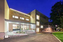 Hotel / Náš HOTEL****PORT, který se nachází přímo na břehu Máchova jezera, prošel v nedávné době celkovou rekonstrukcí a dostavbou. Od září 2011 do června 2012 jsme usilovně pracovali na jeho modernizaci a rozšíření. Nyní Vám můžeme nabídnout komfortní ubytování včetně široké škály hotelových služeb. Můžete u nás zažít romantický víkend, jedinečnou rodinnou dovolenou ( dovolená Máchovo jezero), originální svatbu nebo oslavu či výjimečnou firemní akci.