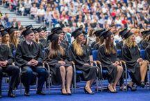 Absolutoria 2016 / Ponad tysiąc absolwentów Uniwersytetu Ekonomicznego w Poznaniu – ubranych w tradycyjne togi oraz birety z wyhaftowanym logiem UEP i frędzlem w oficjalnym kolorze swoich wydziałów – wzięło udział w tegorocznych uroczystościach absolutoryjnych.