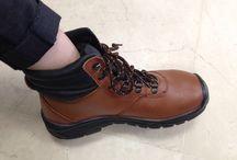 Sepatu Safety Dr OSHA Ankle Boot / Sepatu safety untuk kalangan profesional. Terbuat dari Kulit kualitas terbaik, ini adalah pendamping sempurna untuk para pekerja dan pengendara yang aktif. Lindungi selalu diri Anda dengan sepatu safety terpercaya. Sangat cocok digunakan oleh Anda yang bekerja di Proyek, Lab, Kitchen, pabrik. Lets Move!