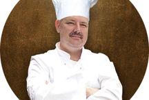 Šéfkuchár Roman / Naša filozofia je odrazom kuchárskej vášne šéfkuchára Romana Schmidta, pre tie najlepšie lokálne a sezónne produkty. KAPITOL PUB reprezentuje modernú slovenskú kuchyňu, ktorej srdcom sú tradičné domáce recepty. Všetky produkty k nám denne prichádzajú čerstvé vďaka starostlivo vybraným dodávateľom. Mäso je krájané, filetované a mleté priamo v našej kuchyni. Zelenina je dodávaná od miestnych dodávateľov.