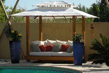 Gazebo  / La gamme Gazebo propose des kiosques au design moderne et épuré. Souvent surmontés de rideaux, ces nouveaux espaces de vie en teck de haute qualité sont idéales au bords d'une piscine ou au fond du jardin afin de se relaxer