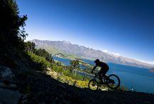 Nova Zelândia - Queenstown, a capital da aventura / Os amantes de aventura encontram aqui um paraíso. Às margens no Lago Wakatipu, pode-se saltar sobre esquis, de paraquedas ou bungy jump, fazer rafting, trekking, cavalgar... Atividades não faltam!