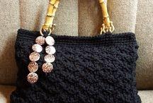 Bolso de crochet y fettuccia negro con asas madera