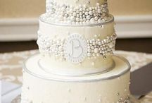 White Flower Wedding Cakes / This board features some of our favorite wedding cakes from the past 10 years