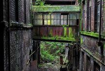 Urbex / L'exploration urbaine consiste à explorer des endroits abandonnés et de retranscrire l'expérience à travers des photos et vidéos. De plus en plus de photographes partent à la recherche de lieux abandonnés pour les immortaliser. Usines, maisons, églises, châteaux…des bâtiments abandonnés qui inspirent les photographes.  Découvrez grâce à ce tableau, notre sélection de photographies de lieux abandonnés.
