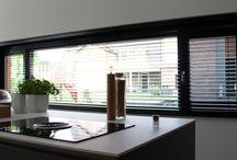 Aluminium horizontale jaloezieën Raamidee.nl / De aluminium horizontale jaloezie staat voor praktisch en tijdloos. Deze op maat gemaakte jaloezie biedt de perfecte combinatie van stijl en functionaliteit. Met één simpele beweging bepaalt u de hoeveelheid licht in huis. Populair door de vele kleurmogelijkheden, voor ieder interieur is wel een bijpassende aluminium jaloezie te vinden. De aluminium jaloezieën zijn voordelig in prijs, makkelijk te monteren op alle soorten raam- en deurkozijnen en ideaal voor in de badkamer (vochtige ruimtes).