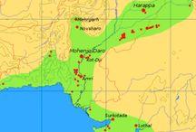 """Indus-völgyi civilizáció                    Indus Valley civilization / Az Indus-völgyi civilizáció, más néven Harappa-civilizáció az indiai szubkontinens első, kizárólag régészeti emlékek alapján ismert civilizációja volt, amely fénykorát a Kr. e. 2500 – Kr. e. 1700 között élte. Nagy valószínűséggel a mezopotámiai leletekben szereplő Meluhha az Indus-völgyi civilizáció területét jelentette. A Harappa-civilizáció az Indus és a Szaraszvati folyamok völgyében alakult ki. Legfontosabb városai a nevét adó Harappa, Mohendzsodáro, Csanhu-Dáró, Kálibangan és a kikötőváros Lothál voltak.  """"A legtöbb civilizáció jellegzetessége egy uralkodó elit jelenléte: paloták, gazdag sírok, luxus termékek, propaganda, mint monumentális feliratok, uralkodók szobrai, vagy reliefjei. Megdöbbentő módon mindez hiányzik az Indus civilizációban. ... Fegyverek nem voltak, a civilizáció fénykorában semmi jele erőszakos pusztításnak. Egy egészen békén civilizáció abnormálisnak tűnik a világtörténelemben."""" (Jane R. McIntosch: The Ancient Indus Valley 2008 - ABC-CLIO, Inc 80.old.)"""