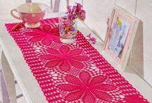 Caminhos e centros de mesa em crochê