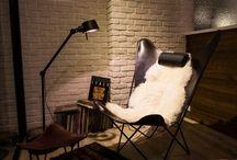 OX Denmarq / OX Denmarq is een Deens designlabel dat zich voornamelijk richt op meubelen. Aanvankelijk richtte OX Denmarq zich met name op materialen als plantaardig gelooid leder gecombineerd met eiken of roestvrij staal. Tegenwoordig hebben ze hun portfolio uitgebreid met andere hoogwaardige materialen als marmer, koper en messing. Zo spelen ze in op huidige trends en hebben ze gecombineerd met de tijdloze designstoelen altijd een prachtige collectie.