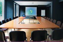 Konferencje i Szkolenia. / Ameliówka stworzona jest do organizacji kilkudniowych szkoleń, konferencji, integracyjnych spotkań firmowych i biznesowych, prezentacji produktów, posiedzeń zarządu, jednym słowem – eventów bardziej i mniej oficjalnych.