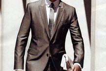 BUSINESS ATTIRE UOMO / Professionale e tradizionale: lo stile per tutti gli uomini che ricoprono ruoli direttivi, ma che non fanno parte del top management. Il colore dell'abito può spaziare nelle tonalità del marrone, del beige e in quelle più chiare del grigio o del blu. La camicia e la cravatta aggiungono personalità ed individualità perchè si arricchiscono di colori e motivi. Gli accessori restano sofisticati e semplici e sono ammesse stringate bordeaux, blu navy e marroni.