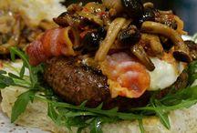 Panino hamburger di marchigiana IGP / Hamburger di marchigiana IGP su letto di rucola con provola, bacon croccante artigianale e funghi chiodini, tutto in un panino fatto apposta per noi e per voi.