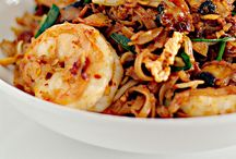 Must-Try Malaysian Food / A board of the best traditional Malaysian cuisines.