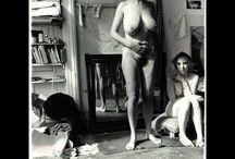 Francesca Woodman / Francesca Woodman (Denver, 3 aprile 1958 – New York, 19 gennaio 1981) è stata una fotografa statunitense. Fu, nonostante una vita breve, un'artista fotografica influente e importante per gli ultimi decenni del XX secolo. Appariva in molte delle proprie fotografie e il suo lavoro si concentrava soprattutto sul suo corpo e su ciò che lo circondava, riuscendo spesso a fonderli insieme con abilità.
