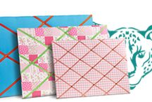 """Tablica typu GEPARD MEMO BOARD / Tablice informacyjno-dekoracyjne (memo boards) są świetną i bardzo dekoracyjną metodą na organizowanie drobnych notatek, """"przypominajek"""", zdjęć, laurek czy list z rzeczami do zrobienia. Tablica typu GEPARD to tablica obleczona kolorowym materiałem z tasiemkami za które założysz  swoje notatki."""