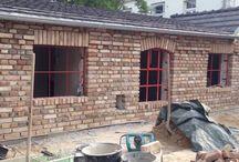 Historische Ziegelsteine / Ziegelsteine werden bereits seit vielen hundert Jahren zum Bau von Gebäuden verwendet. Sie gelten als formbeständig, langlebig und haben zudem einen hervorragenden Wärmeschutz. Es gibt viele unterschiedliche Arten, Formen und Farben von Ziegelsteinen. Dadurch unterscheiden sie sich auch in ihrer Verwendung.