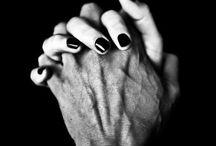 Hands / Ruce jsou nástrojem tvoření i ničení.Říkají ano i ne.Prozrazují na nás pocity,signalizují naši náladu a vyzrazují přání.Ruce zdraví,hladí,mazlí se,přiznávají se k lásce,vzrušují i uklidňují,svírají se v pěst když se zdá, že se celý svět zhroutil. Ruce mají takovou moc, že jen letmý dotek jiné osoby vás ve vteřině přenese zpět na místo, odkud vaše mysl utíká a vy s ní...zpět do přítomnosti.Na rukou lze nalézt:povahu člověka,životní sílu,mentální schopnosti,způsob projevování, tajemství a zdraví.