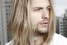 Schöne Männer mit langen Haaren