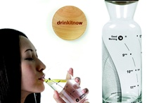 Drinkitnow karafa / Vodná karafa Drinkitnow obsahuje sklenenú karafu s dreveným vekom a navyše pohár, ktorý ešte viac uľahčí držať pitný režim. Karafa Drinkitnow zaisťuje dostatočnú dennú dávku tekutín vďaka stupnicu, ktorá neukazuje mililitre alebo inú nudnú jednotku, ale čas. Teda ak sú už tri hodiny popoludní a hladina je až u 13:00, je čas si výrazne naliať.