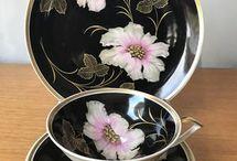 Belas xícaras pretinhas coloridas.